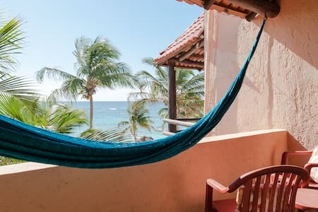Hammock Heaven! Oceanfront! 2 Terraces, King bed.