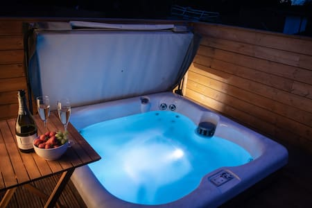 GREAT ESCAPE luxury lodge with indulgent hot-tub!