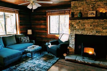 Cozy Cub Log Cabin 1 Acre/Large Deck/Rustic/Quiet