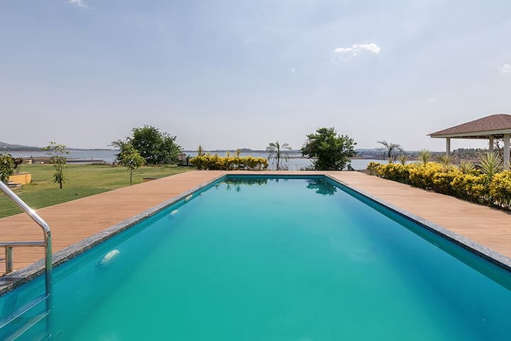 ★LaMeraki★3BHK Villa with Huge Lawn & Private Pool
