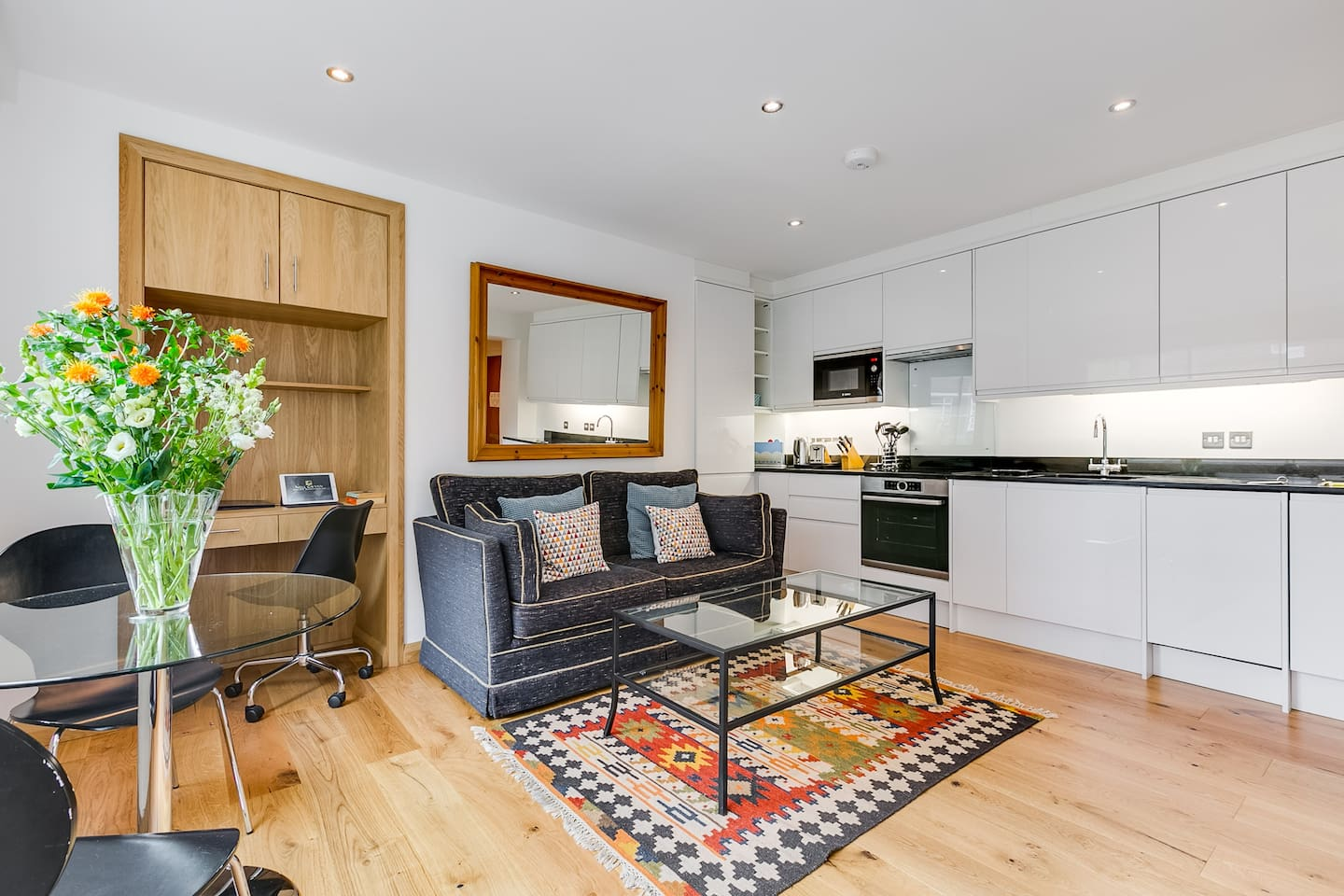 A fabulous 4th floor refurbished in 2018 one bedroom apartment in Nell Gwynn House with generous kitchen and walk in shower. Enjoy this exact apartment and 150mb of free unlimited WiFi with ethernet connection at the desk, luxurious bed linens and fluffy towels and a SMART TV enabling you to log in to your Netflix/Amazon account