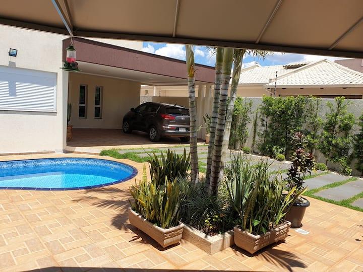 Casa com piscina super bem localizada.