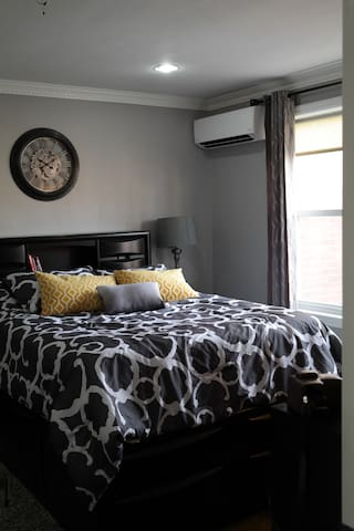 Newly renovated 1-bm apt with a wooden deck. - Queens - Apartment