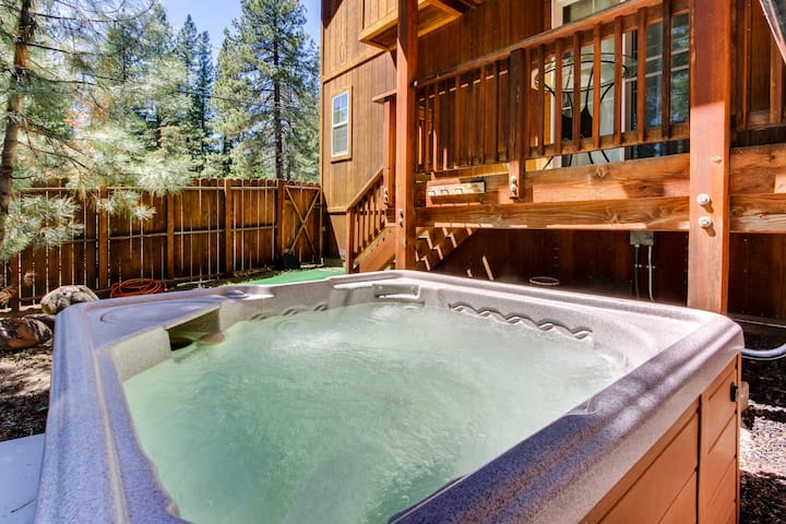 Cozy enchanting retreat w/private hot tub, stunning deck, close to the beach