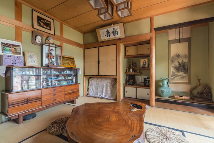 TRADITIONAL JAPANESE TATAMI AND FUTON ROOM!!!