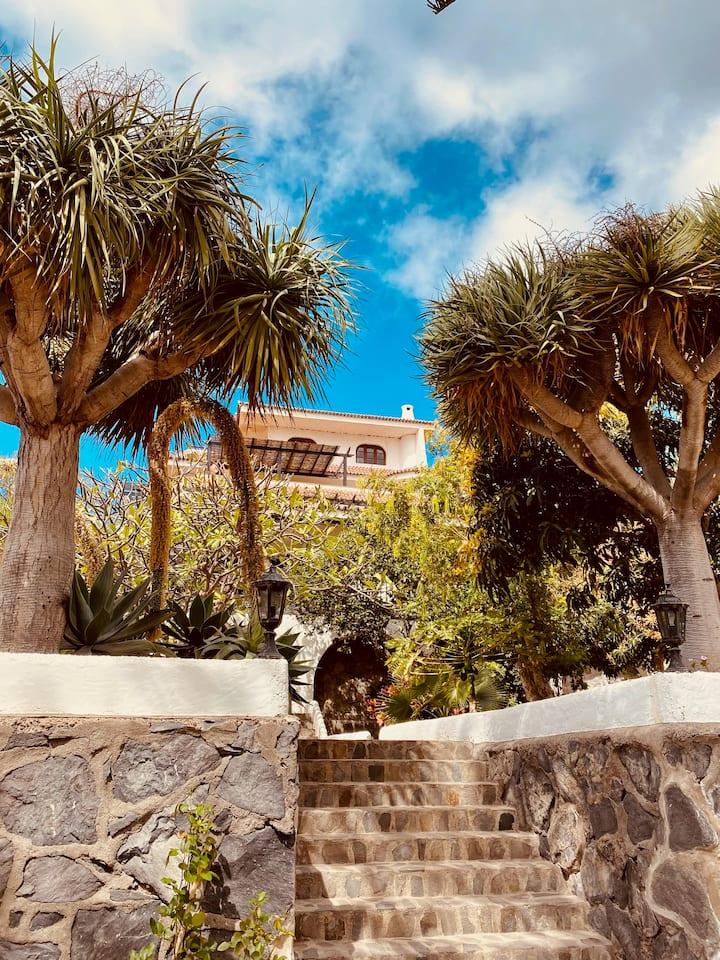 Villa Gerardo mit Blick auf Ort, Strand und Meer