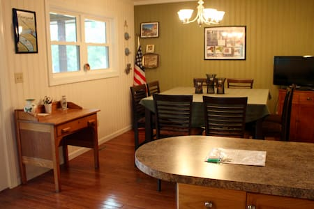 Dog Friendly Vacation Cabin at Winery and Vineyard - Mount Airy - Дом
