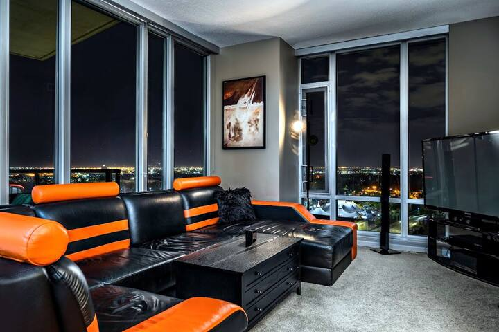 Executive 20th Floor Suite/ Hot Tub + Free Parking