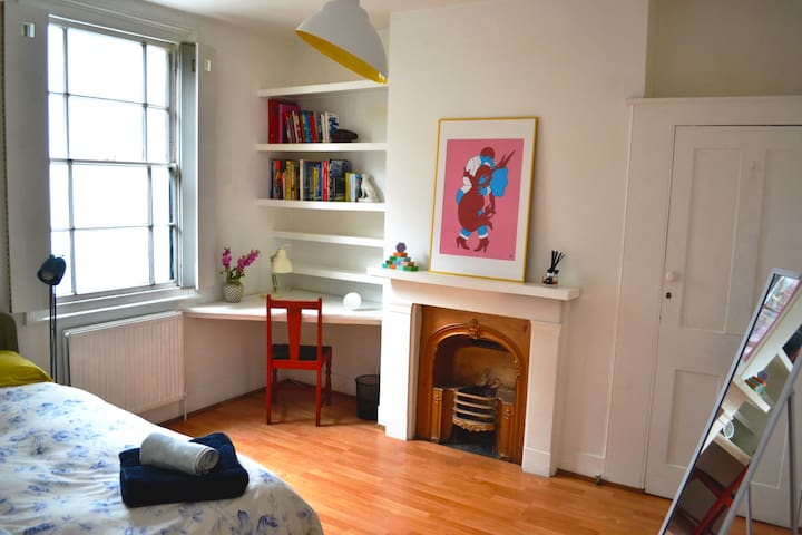 Clean, arty Double Room with garden view in London
