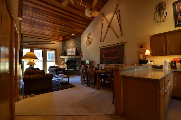 Ski-in/Out, 3br/3ba, Sauna, w/Countless Amenities - Big Sky - Condominium