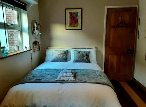 Bright Victorian en-suite double bedroom.