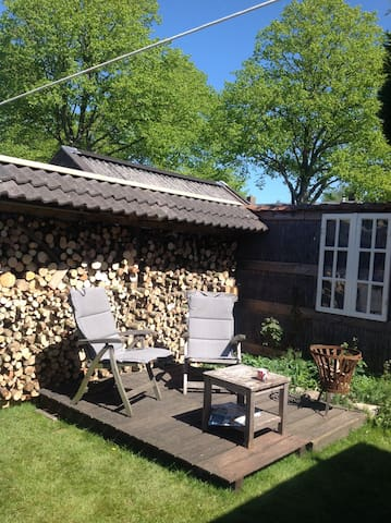 Tuin is opgedeeld, zodoende privacy.