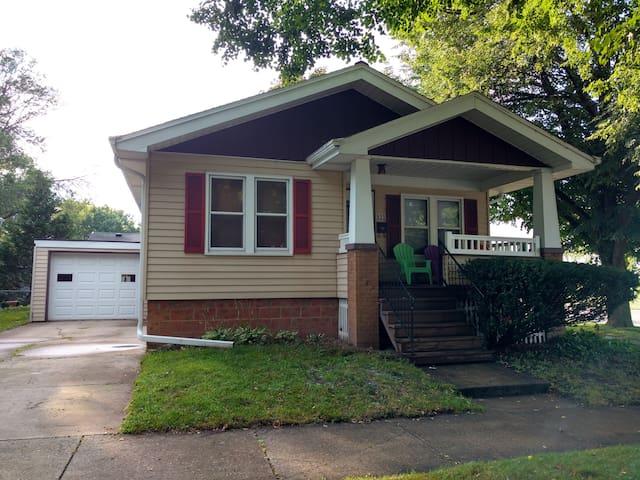 Entire 3BR Craftsman Home - Quiet Green Bay Area