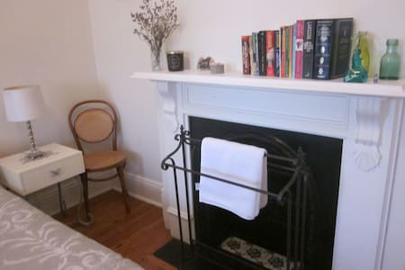 Light and airy room in cute terrace - Leichhardt - House