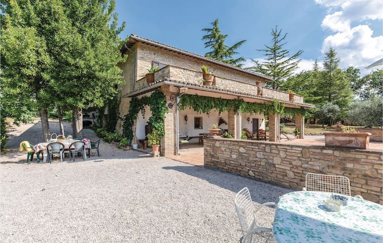 Holiday cottage with 4 bedrooms on 350m² in Montefalco PG