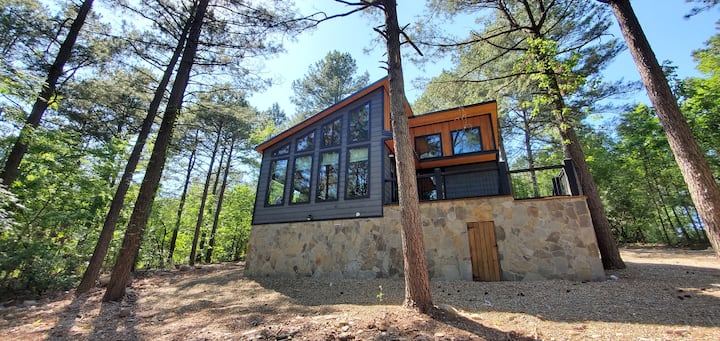 "BRAND NEW CONSTRUCTION! ""The Queen of Heart"" 1 Bedroom Luxury Cabin!"