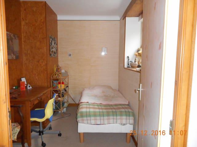 au calme petite chambre avec son petit bureau - Sainte-Luce-sur-Loire - Hus