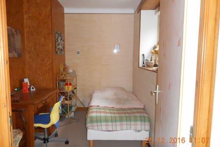 au calme petite chambre avec son petit bureau - Sainte-Luce-sur-Loire