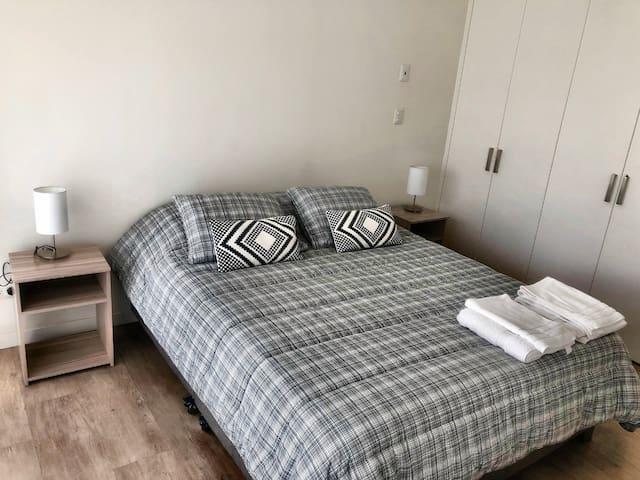 Cuarto con cama queen,armarios, baño completo y balcón. TV con cable. Cortinas roller con blackout