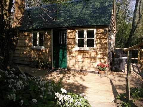 Lovely Cabin in the Woods, away from the crowds.
