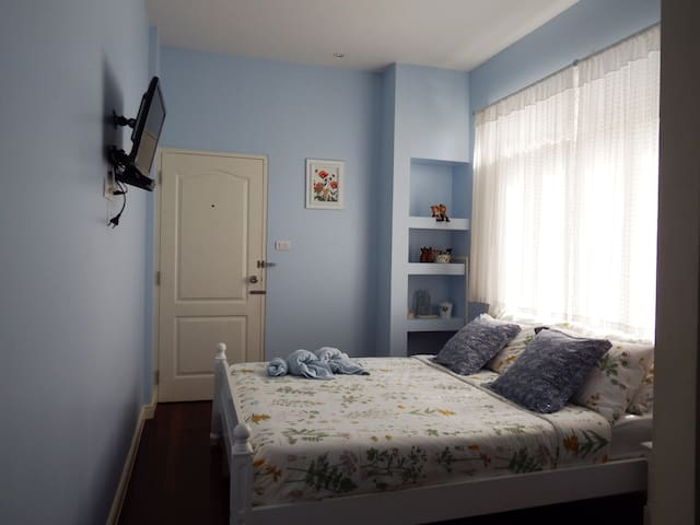 Lada House : Blue small room with ensuite