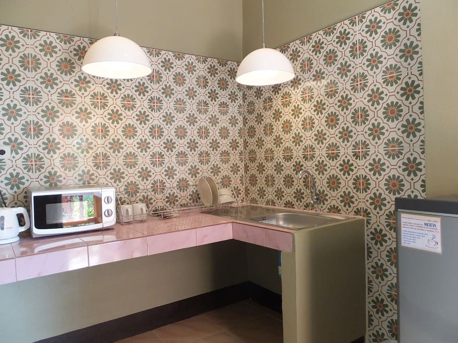 """Kitchenette includes a microwave, electric kettle, toaster, fridge and tableware. If you need a kitchen that allows cooking, please see our other lodging unit """"Garden Studio"""""""