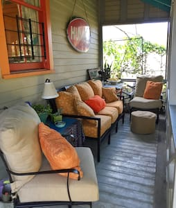 Cozy Bywater Cottage & Swanky Porch - La Nouvelle-Orléans - Bed & Breakfast