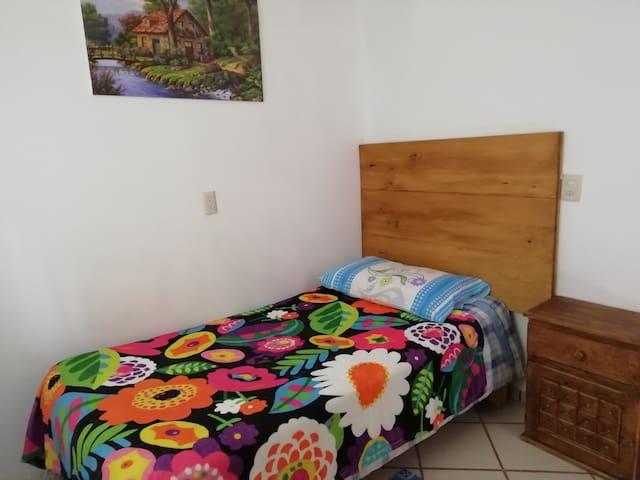 Habitación 2, cama individual.