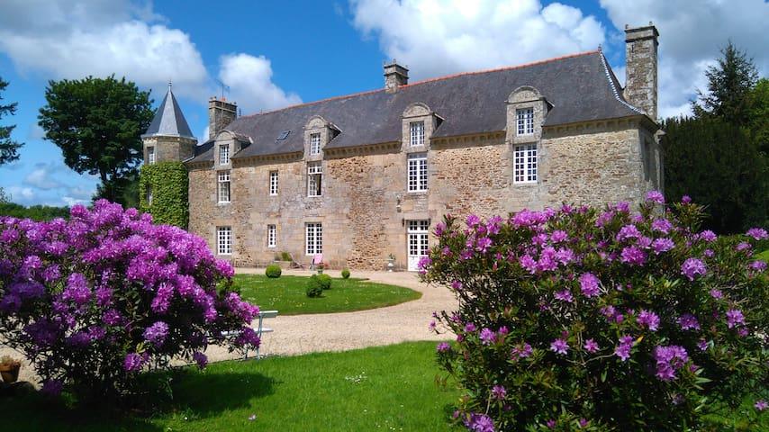 ABBAYE DE TREGOUET 3 chambres  hôtes  115 € ch. - Corseul - Schloss
