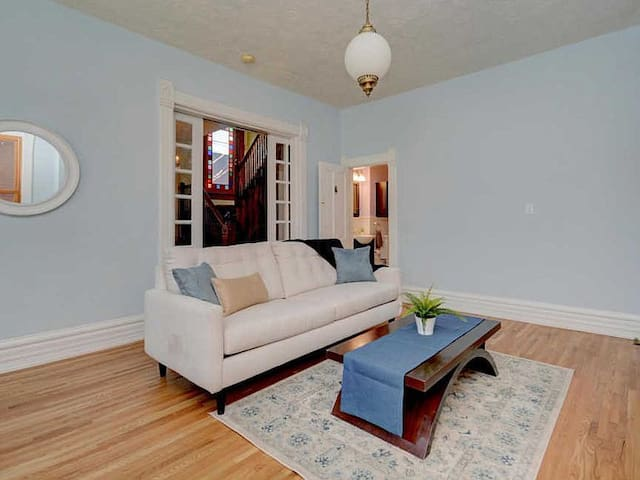 Carriage House + Minutes from City Center