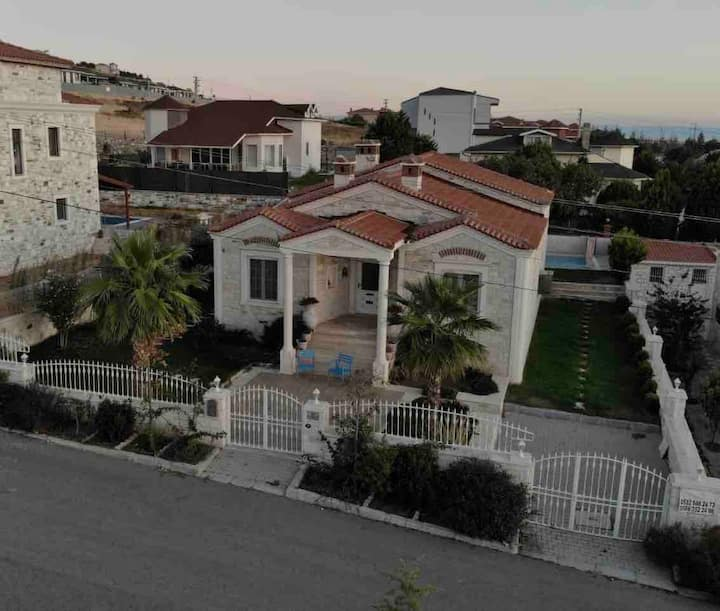 Foça  Otantik Taş Villa (Özel Havuzlu)
