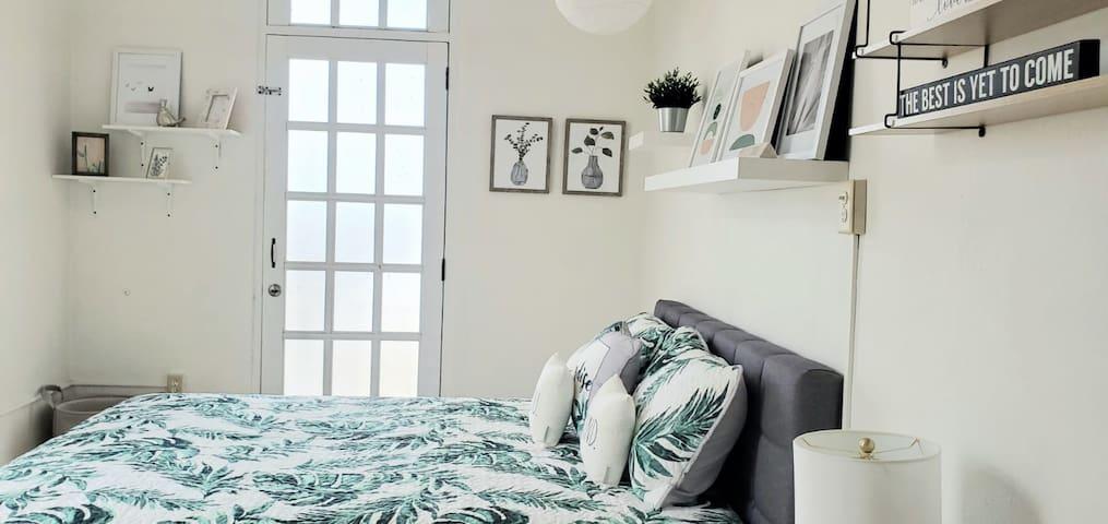 Monstera room , queen bed , A/C, fan , two balconies