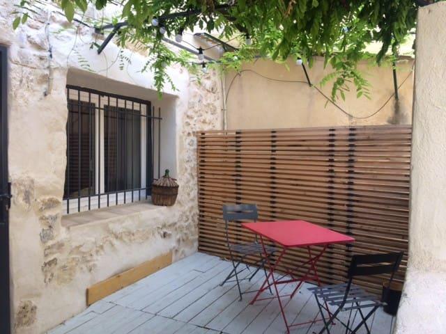 Maison dans le centre du village Estezargues