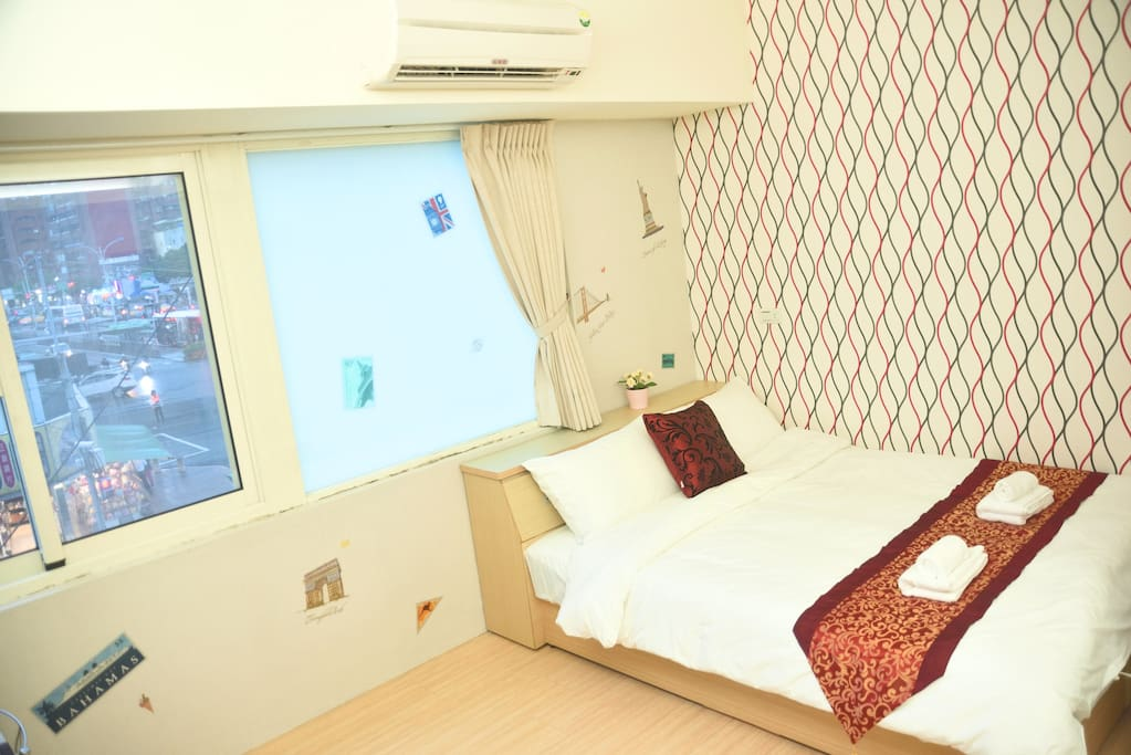 Room-02-漂亮的床、一面是可以打開看外面的窗、一面是透光玻璃,早晨起來拉開窗簾微微的光精神都好起來囉~
