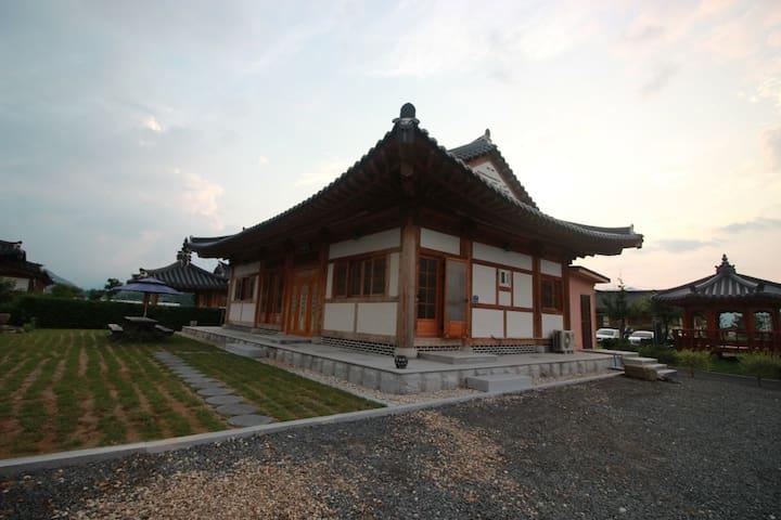 [채원당] 한옥펜션- 효심당(30평) 방3,거실,화장실2,주방 - Ogok-myeon, Gokseong-gun - Casa