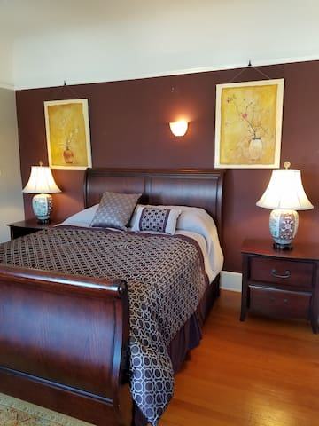 Queen Bed in Beautiful Bedroom in Bankers Hill