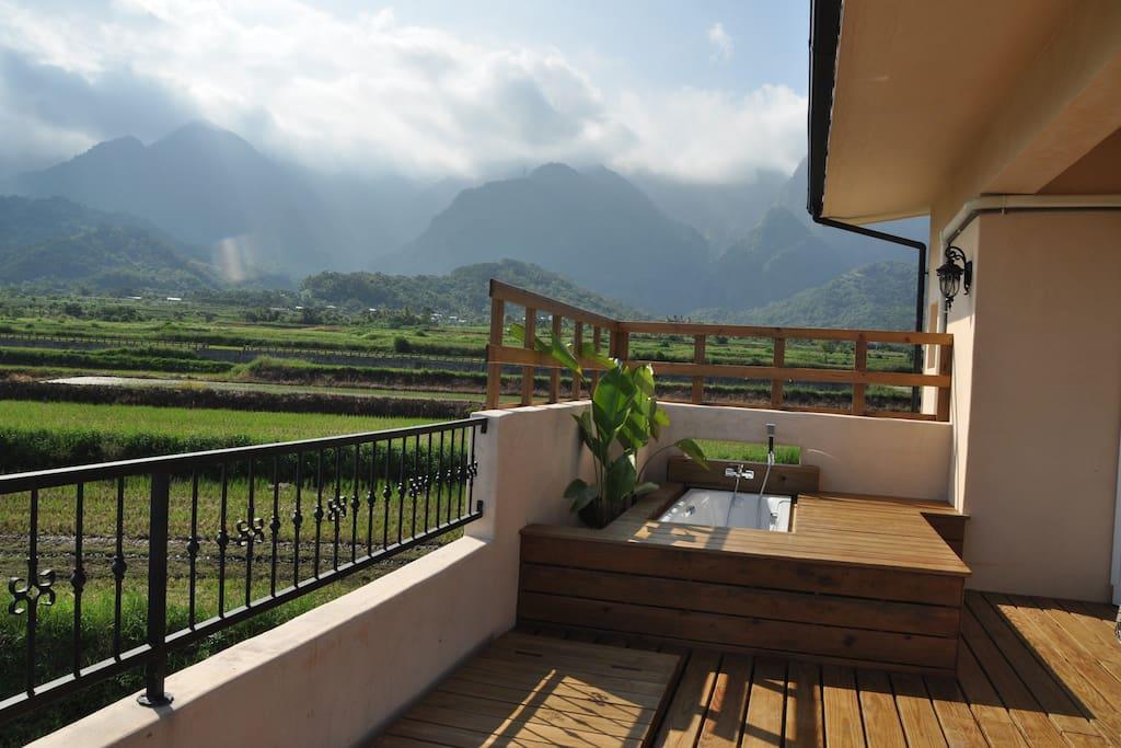 戶外浴缸正對著絕美的山景
