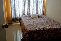 Habitación confortable y tranquila, cama doble con tv por cable, internet de 10 megas con wi-fi , mueble con cajones para ropa, escritorio plegable auxiliar a necesidad con asiento.