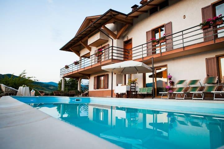 Casa Vacanza o Bed&Breakfast: La taverna - Albareto - Hus