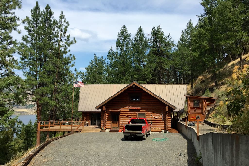 Spectacular log cabin on lake roosevelt wa cabins for for Washington state cabins for rent