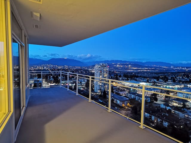 Magnificent Metrotown 2 Bed-2 Bath Suite