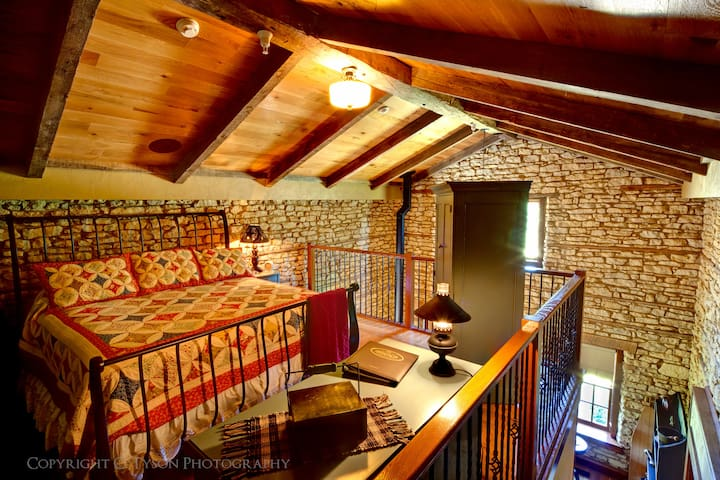 1858 Limestone Loft | King Suite
