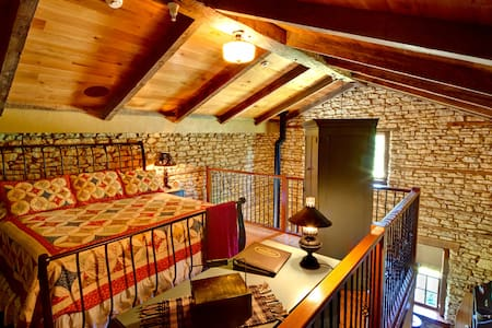 1858 Limestone Loft | King Suite - Rockton - Bed & Breakfast