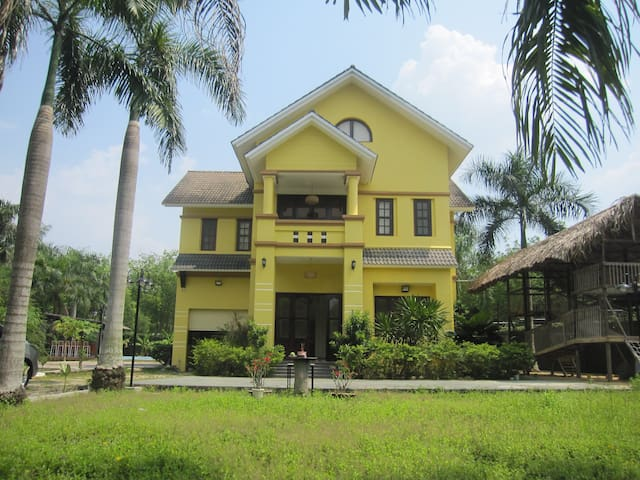 Golden Brown Villa #Private Pool+8rooms @Cu Chi