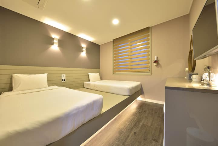 WITH U HOTEL & GUESTHOUSE TWIN ROOM
