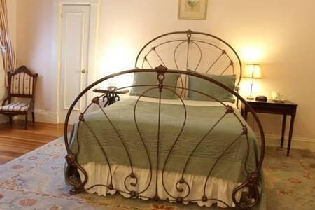 Room 3: Richmond Room - Apple Tree Inn