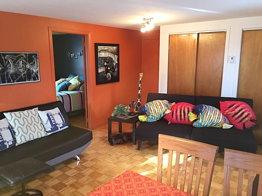 La salle de séjour et les deux divans-lits. Living room  with the two sofa beds