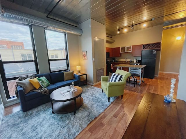~ Cozy AA Downtown Loft ~ Available for 2nd Semester! ~