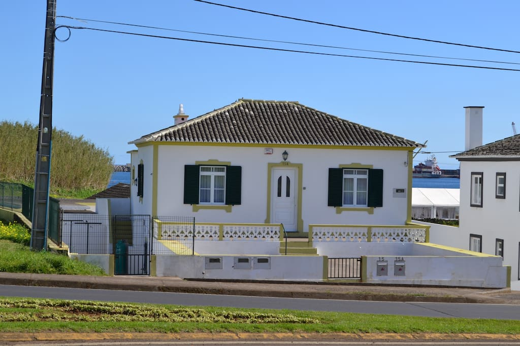 Fachada da frente da casa vista de outro ângulo
