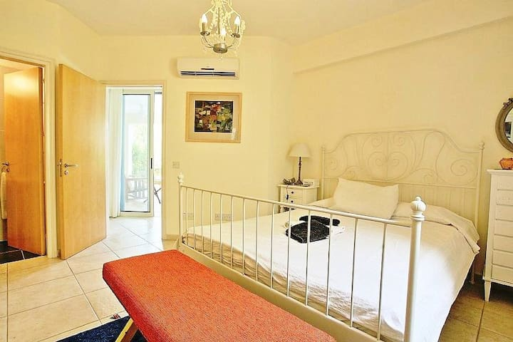 Ensuite bedroom 1. All bedrooms at Sapfo are en suite allowing complete privacy whether the house is shared by a family or couples